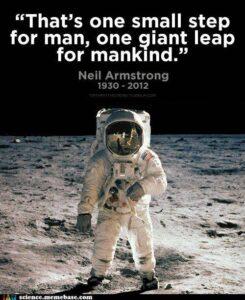 """นีล อาร์มสตรอง กล่าวว่า """"ก้าวเล็กเพื่อมนุษย์คนหนึ่ง แต่เป็นก้าวกระโดดที่ยิ่งใหญ่เพื่อมนุษยชาติ"""""""