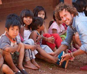 เบลค มายคอสกี้ ร้องให้เมื่อเขากำลังใส่รองเท้าแก่เด็กยากจน